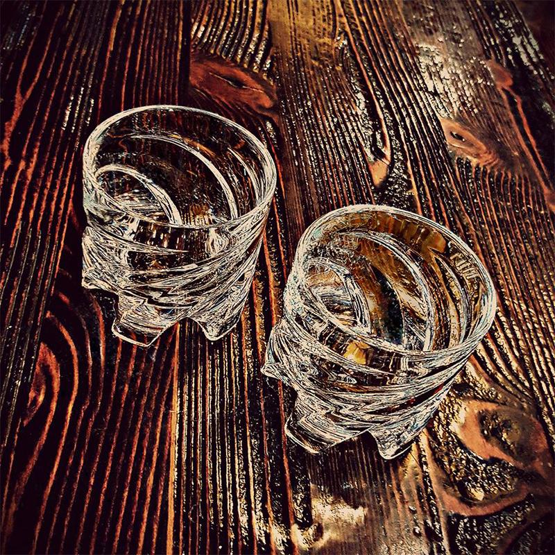 现实生活中敬酒应该怎么碰杯